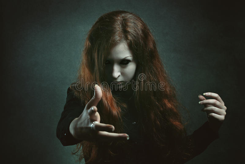 Страшная ведьма с глазами демона стоковые фотографии rf