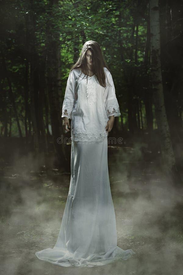 Страшная девушка с темным выражением стоковое фото rf