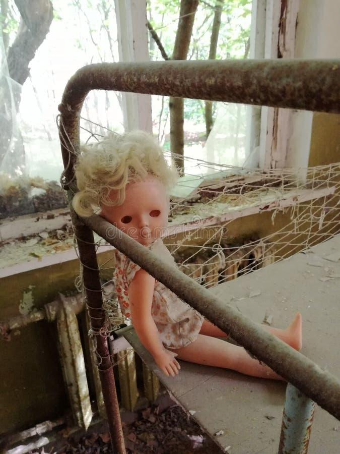 Страшная куколка найденная в зоне Чернобыль стоковое изображение