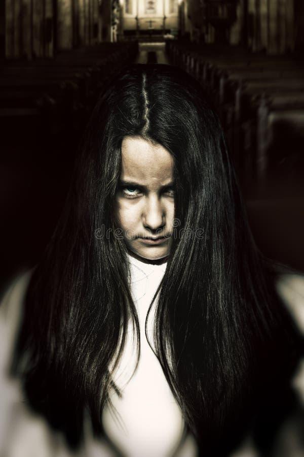 Страшная маленькая пугающая девушка стоковые фотографии rf