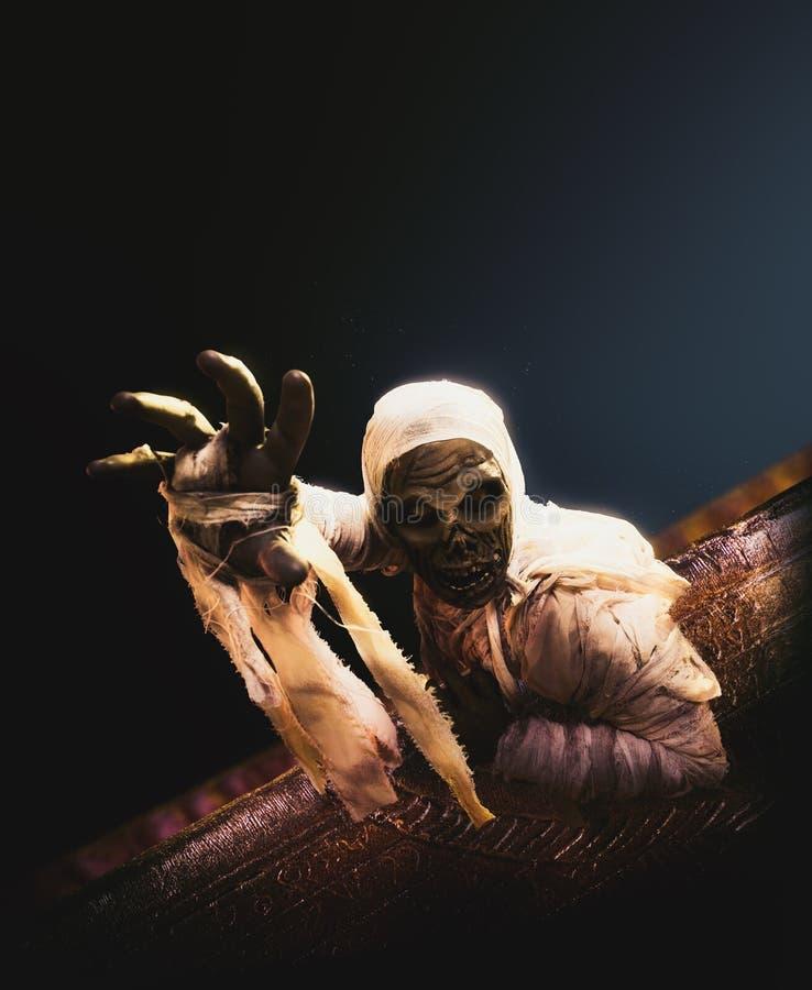 Страшная мумия хеллоуина на темной предпосылке стоковое изображение rf