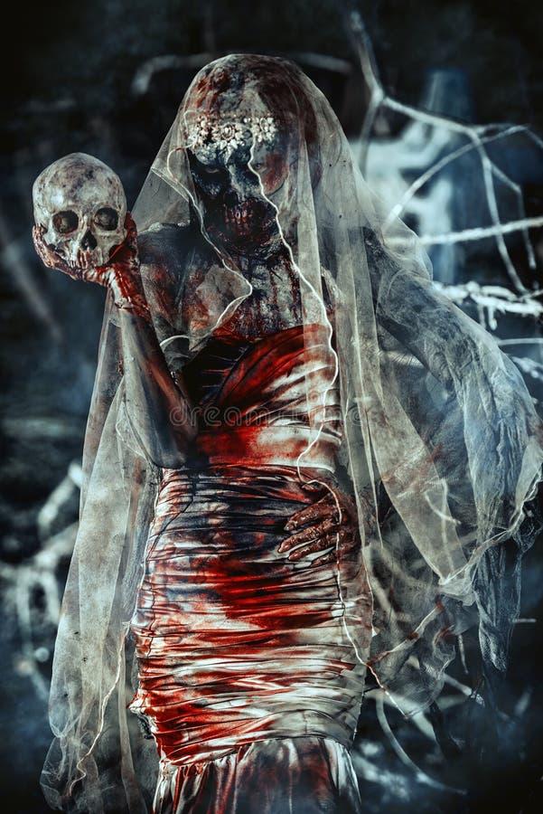 Страшная невеста с черепом стоковое изображение