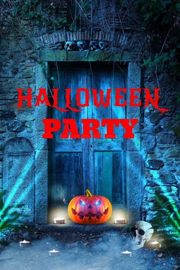 Страшная оранжевая тыква хеллоуина с накалять наблюдает перед дверью ` s ада стоковые изображения rf