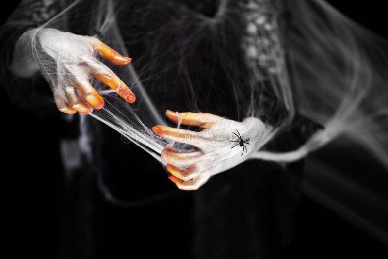 Страшная рука хеллоуина в оранжевом и белом с сетью паука, рукой зомби стоковые фотографии rf