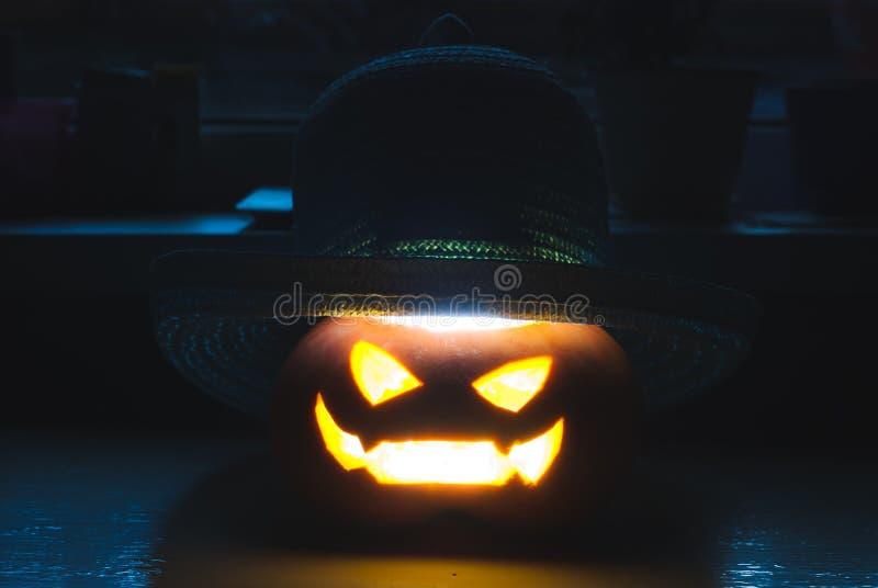 Страшная усмехаясь тыква хеллоуина нося соломенную шляпу стоковое изображение rf