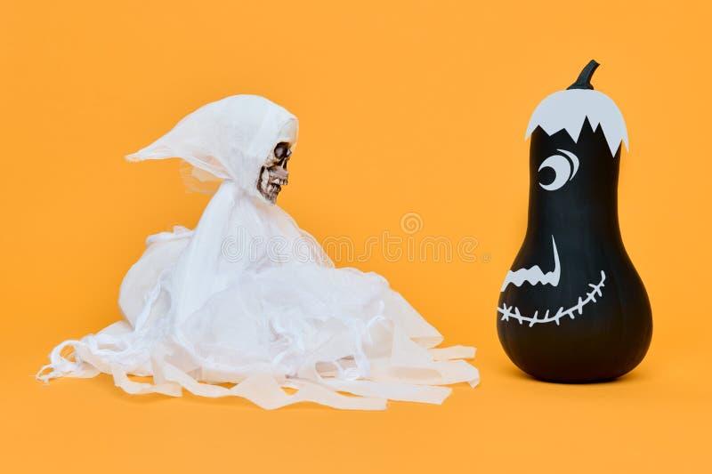 Страшное каркасное лицом к лицу с милой усмехаясь тыквой Смешная предпосылка хеллоуина стоковые изображения rf