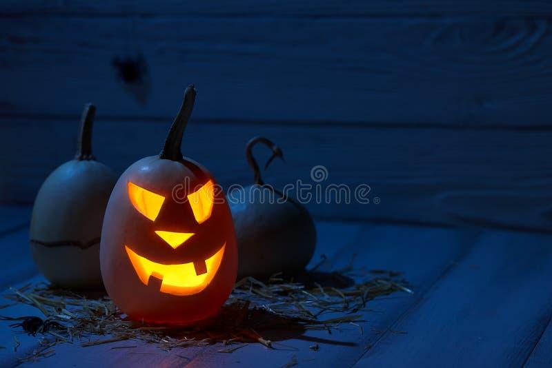 Страшные тыквы хеллоуина в старом амбаре стоковое изображение