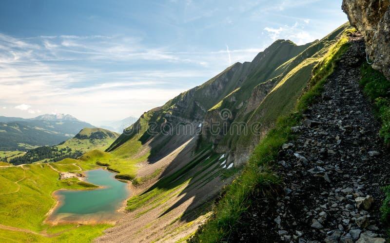 страшный пеший путь с красивым взглядом пейзажа над швейцарскими горными вершинами и озером горы стоковое фото rf