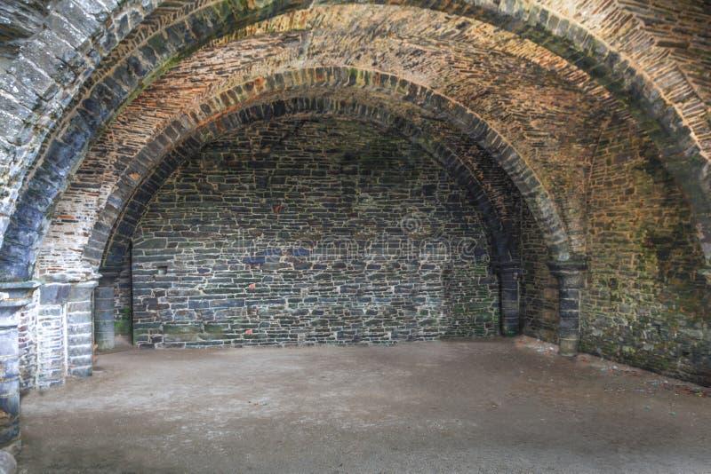 Страшный подвал замка стоковая фотография