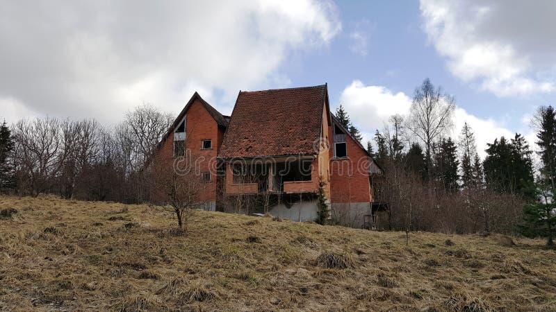 Страшный покинутый дом на холме стоковые фотографии rf