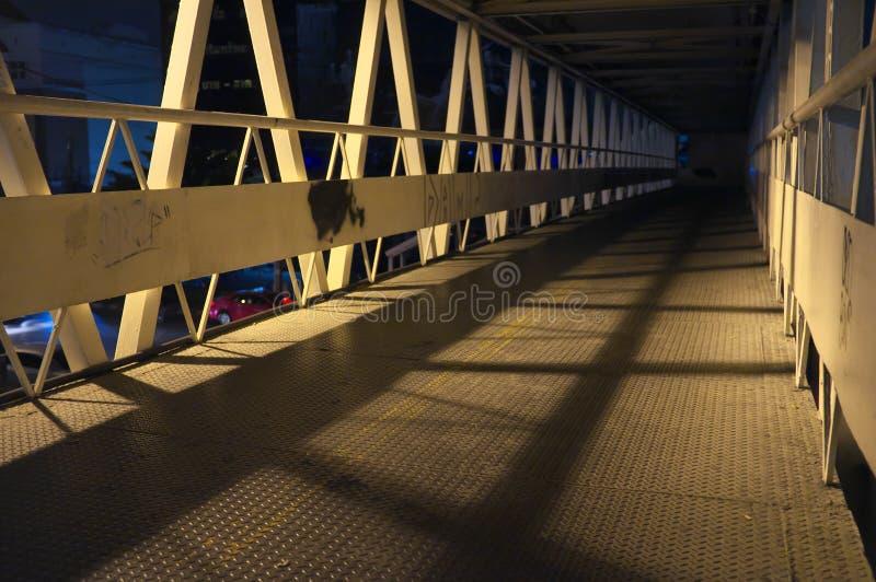 Страшный случайный мост в большом городе стоковое фото rf