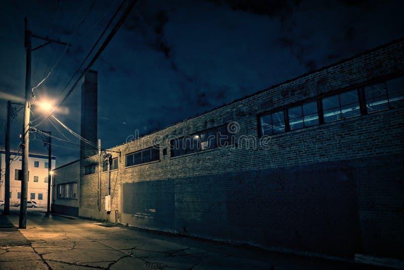Страшный темный переулок Чикаго города на ноче рядом с городской фабрикой стоковые изображения