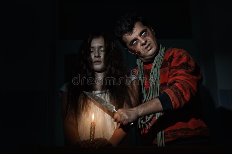 Страшный человек угрожает с ножом стоковая фотография