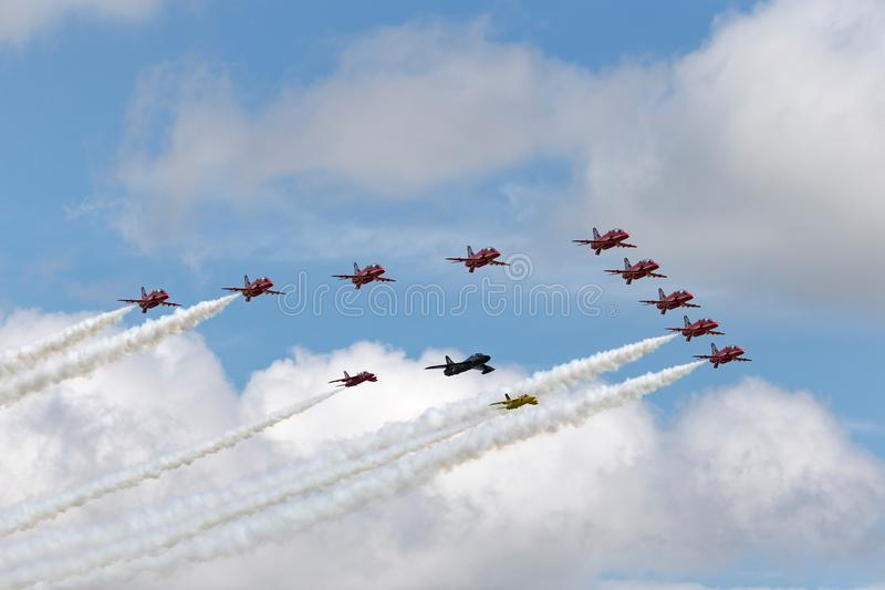 Стрелки военно-воздушных сил Великобритании красные объединяются в команду муха в образовании с охотником лоточницы и паре мошок  стоковые изображения rf