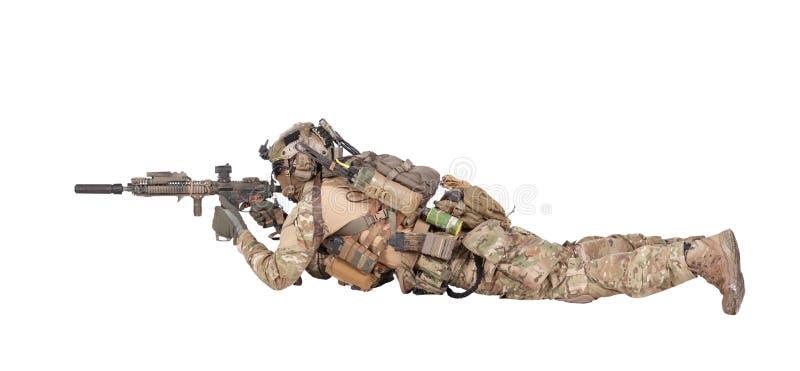 Стрельба солдата от земного изолированного всхода студии стоковые изображения