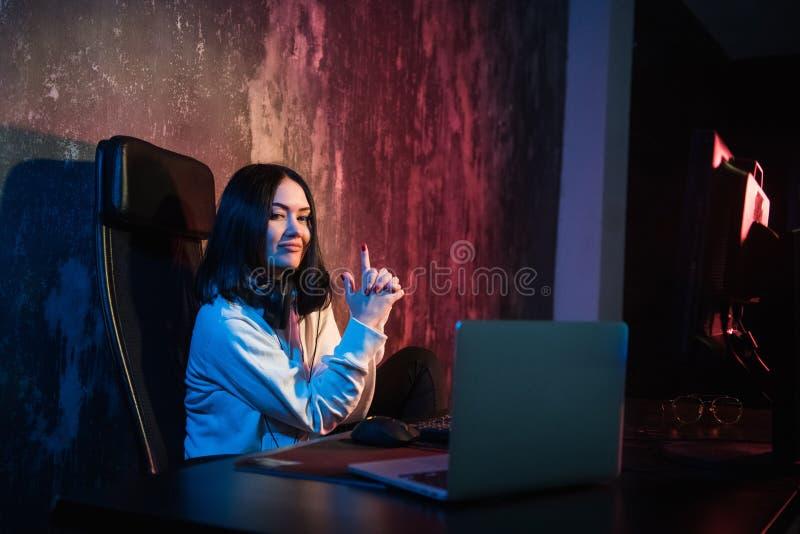 Стрельба gamer девушки с ее пальцами к мониторам, концепцией виртуальной реальности, игрой и esports стоковое изображение