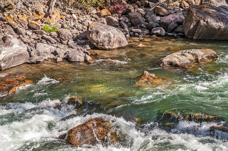 Стремительно текущая вода стоковая фотография