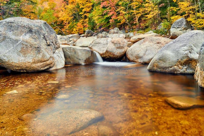Стремительные каскады на осени, Нью-Гэмпшир реки, США стоковое изображение