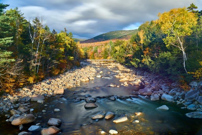 Стремительные каскады на осени, Нью-Гэмпшир реки, США стоковые фотографии rf