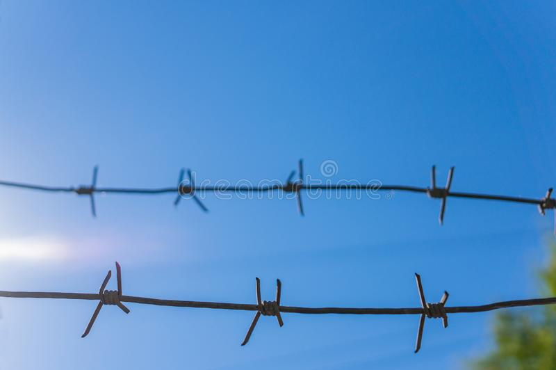 2 стренги колючей проволоки против голубого неба r стоковое фото rf