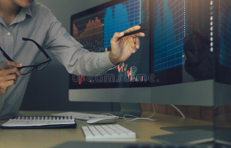Стресс 2 биржевых маклеров дела и смотреть мониторы показывая финансовую информацию стоковая фотография rf