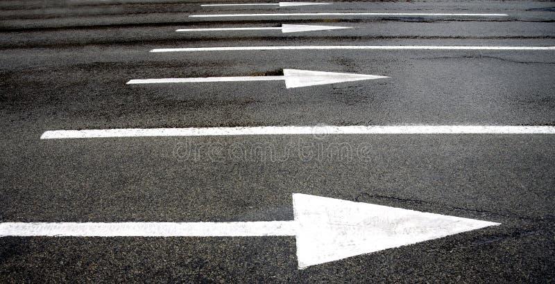 Download Стрелки дорожной разметки стоковое фото. изображение насчитывающей будущее - 33728324