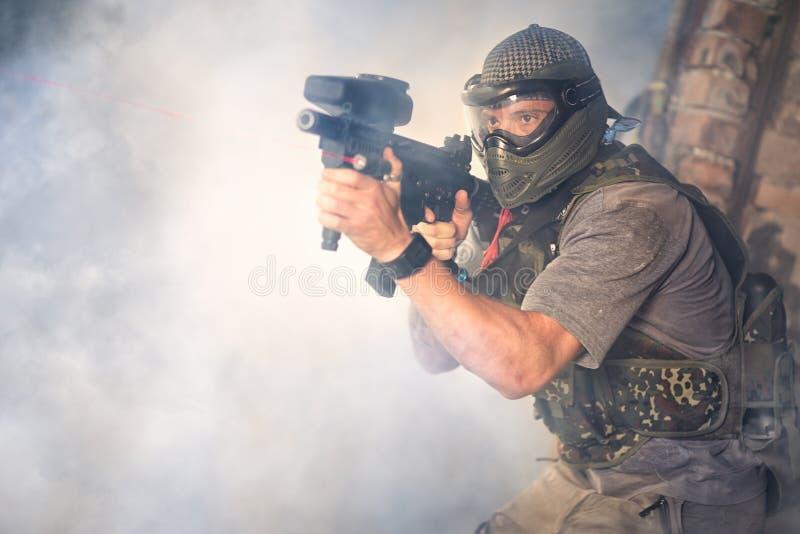 Стрелки пейнтбола с оружием стоковые фотографии rf