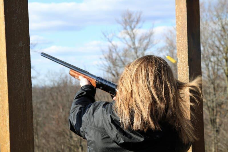 Стрельба женщины на стрельбище ловушки стоковые фотографии rf
