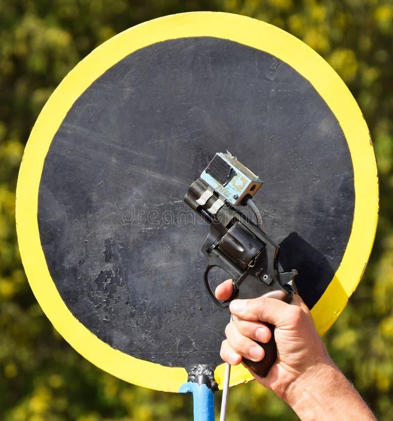 Стрельба с начиная оружием стоковые изображения rf