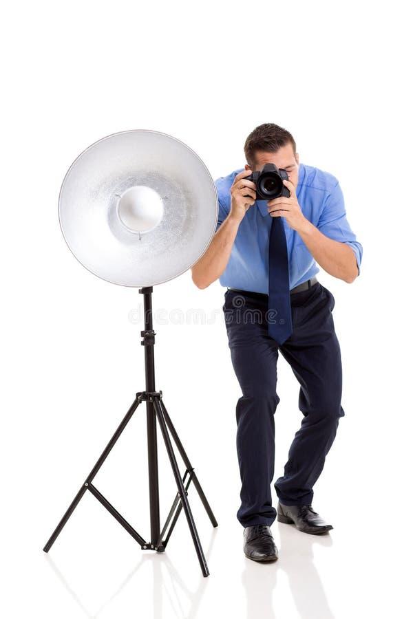 Стрельба фотографа в студии стоковая фотография