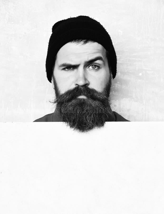 Стрижка бороды парикмахером на парикмахерскае с серьезной стороной на зеленой предпосылке стены студии, космосе экземпляра борода стоковая фотография rf