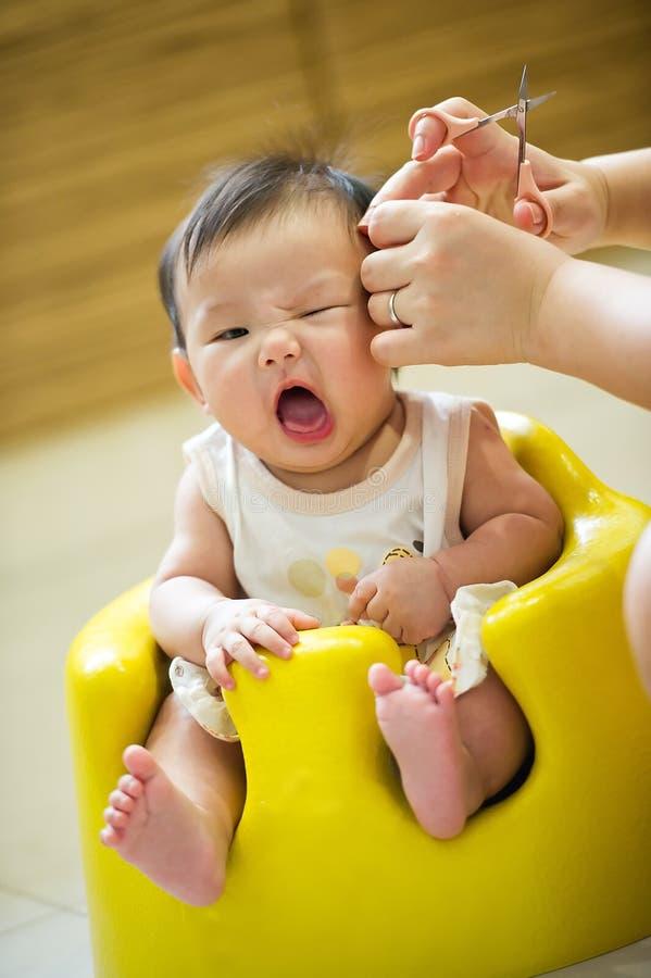 стрижка ребёнка 4 азиатов имея месяц старый стоковое изображение