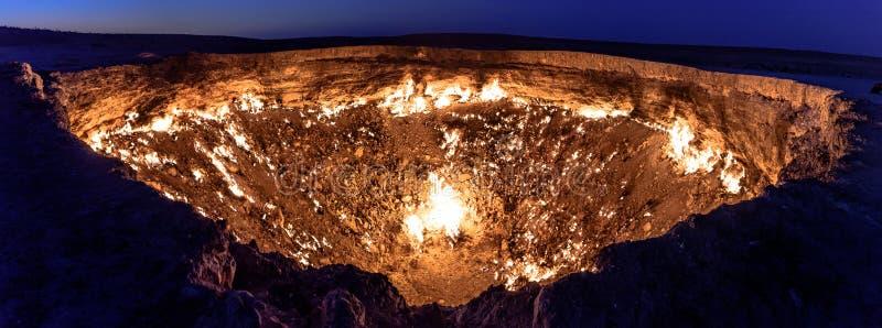 Стробы Туркменистана газа ада горящего стоковая фотография