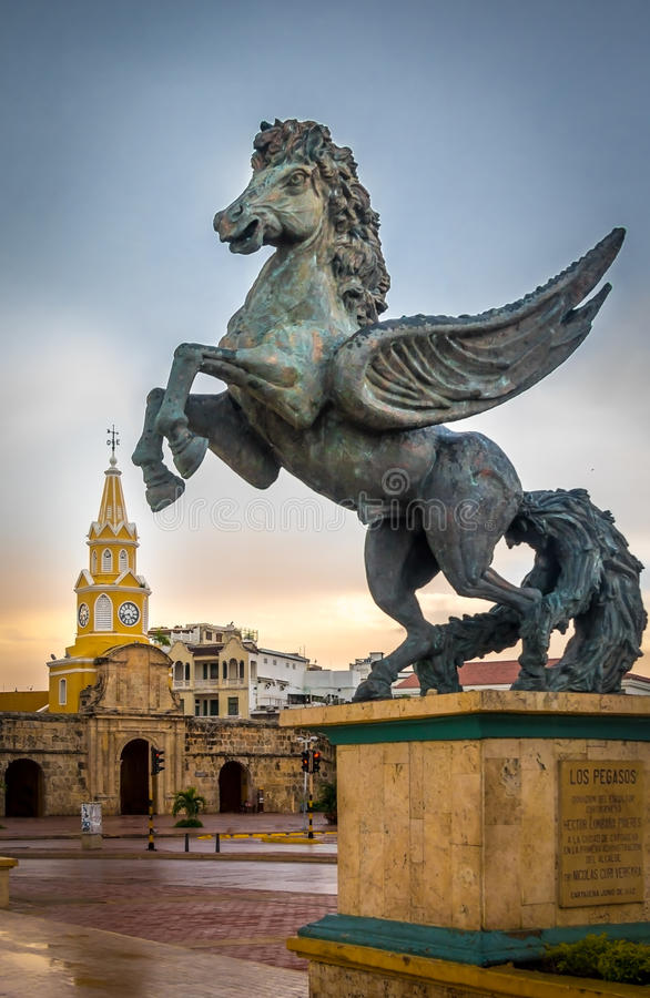 Строб башни с часами и статуя Пегаса - Cartagena de Indias, Колумбия стоковые фотографии rf