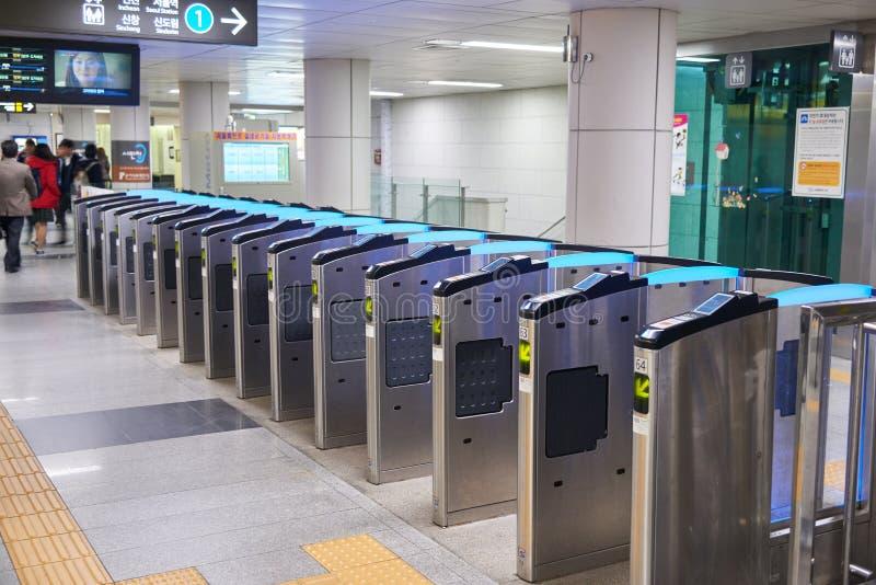 Строб билета на станции метро в Сеуле стоковая фотография