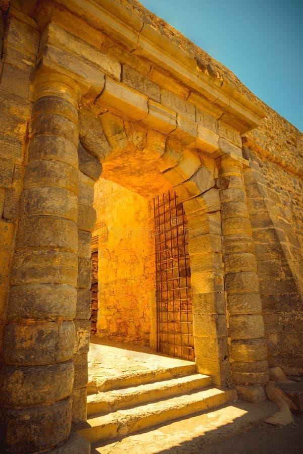 Строб в крепости Spinalonga, Крите, Греции стоковые изображения