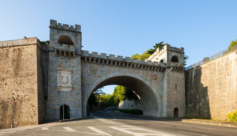Строб города в крепостной стене в Памплоне стоковые фото