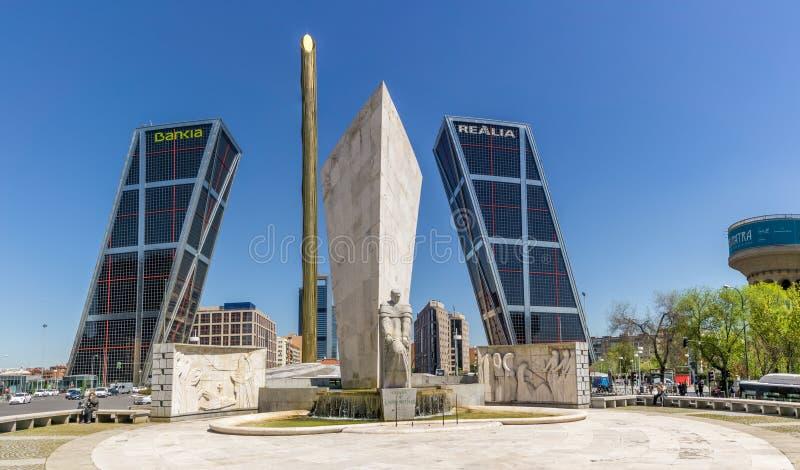 Строб Европы возвышается (Puerta de Европа) в Мадриде стоковое изображение rf