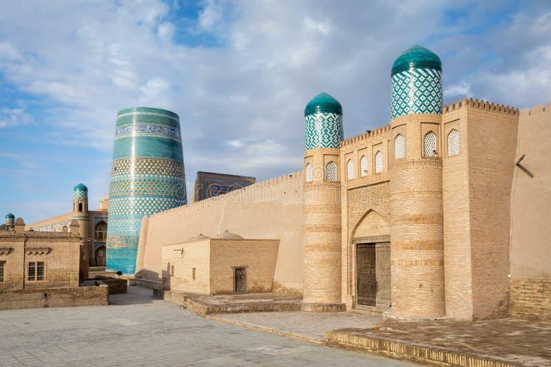 Строб цитадели Kunya-ковчега и минарета Kalta небольшого в Khiva стоковые изображения rf
