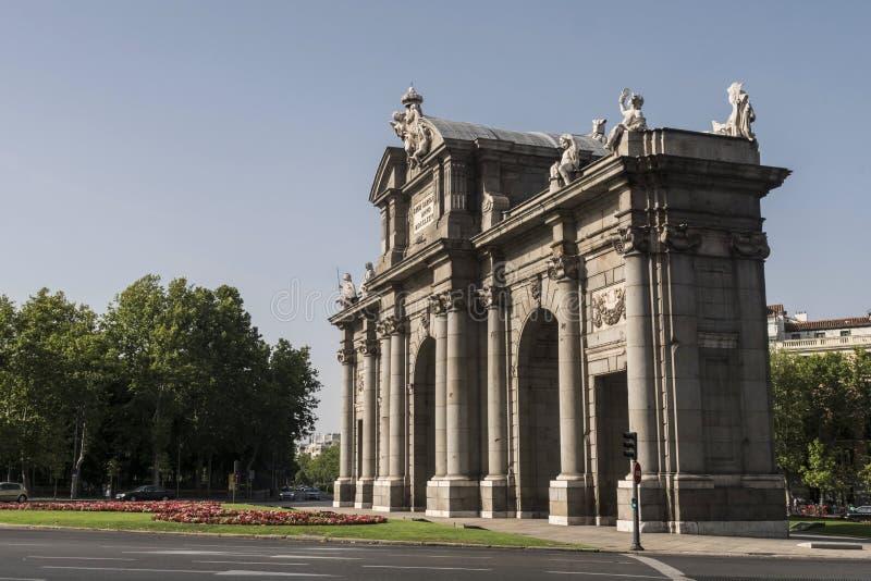 Строб Alcala или Puerta de Alcala памятник в Ла de площади стоковое изображение rf
