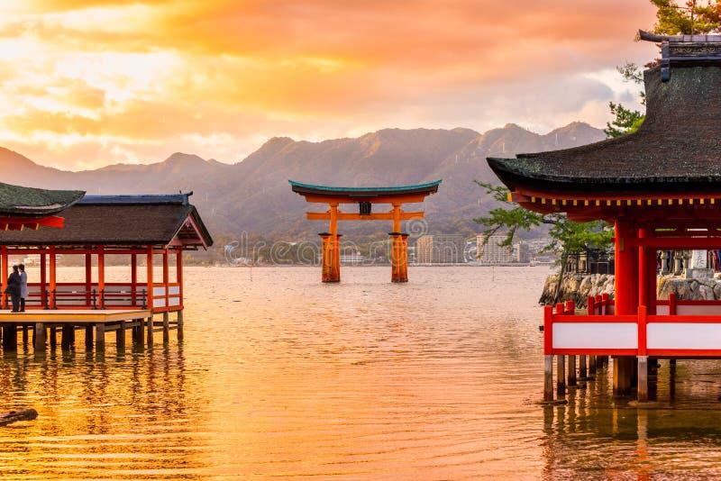 Строб Miyajima Torii, Япония стоковые фотографии rf