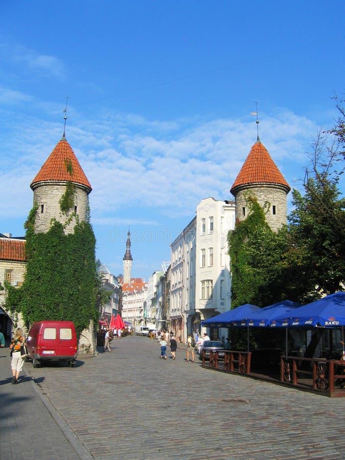 Строб Viru, вход к старому городку в Таллине, Эстонии стоковые изображения rf