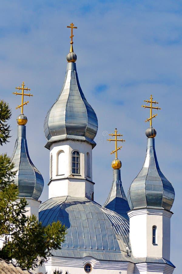 Строгие и в то же время красивые характеристики церков с белыми стенами и сияющими куполами стоковое изображение rf