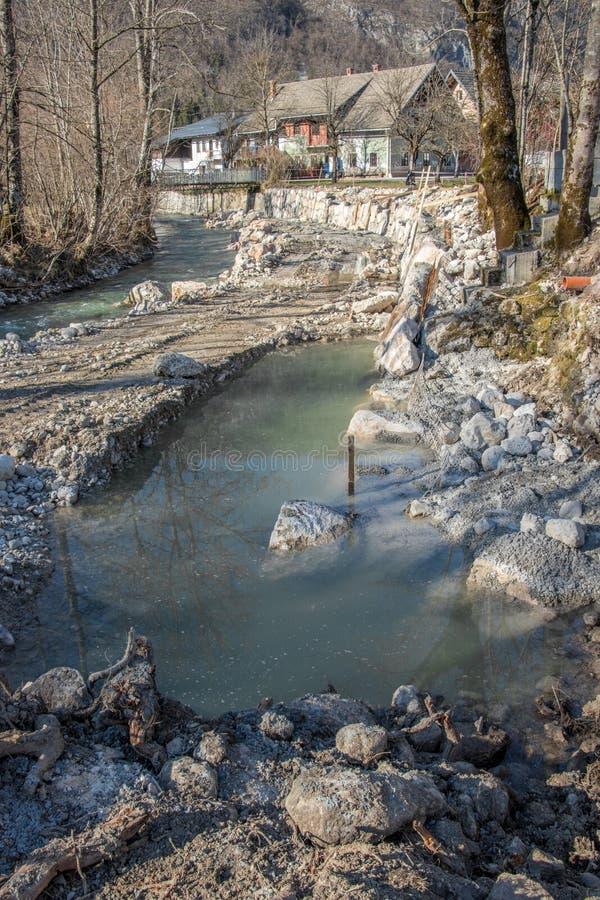 Строение берег реки берега реки отстраивает заново стоковые фотографии rf