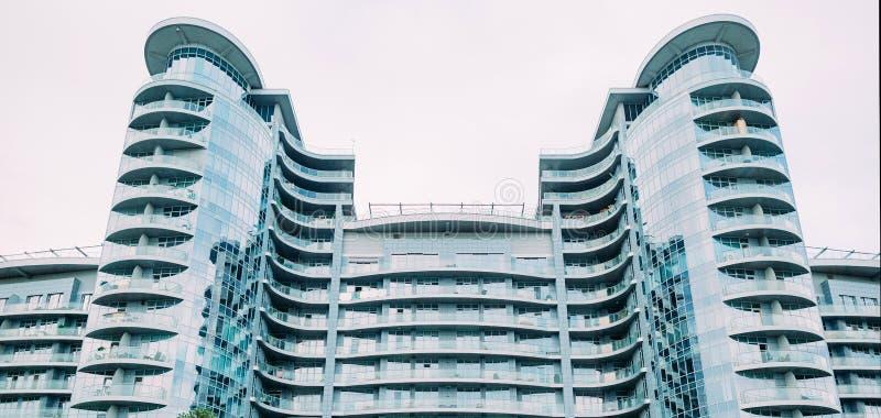 строительная архитектура современная многоэтажная крученая элита стоковая фотография