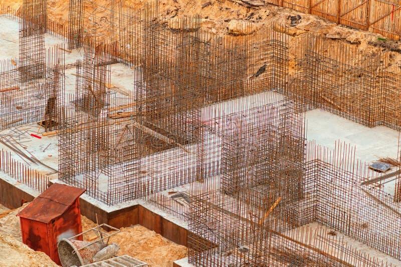 Строительная площадка, взгляд сверху Законченное учреждение multistorey жилого дома под конструкцией стоковые фотографии rf