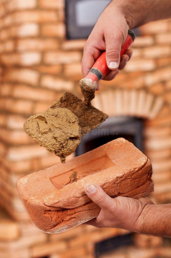 Строительная площадка - крупный план на руках работника стоковые фотографии rf