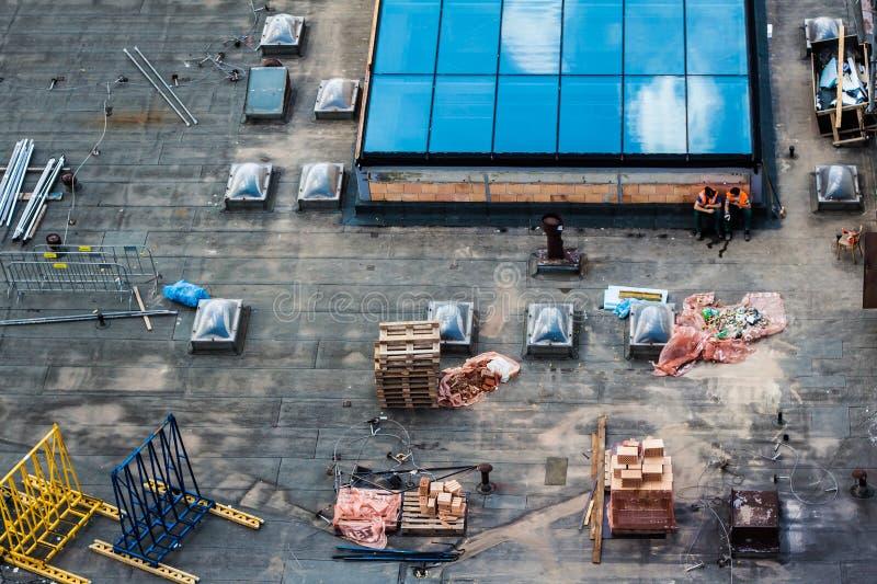 Строительная площадка, крыша с 2 рабочими классами стоковое изображение