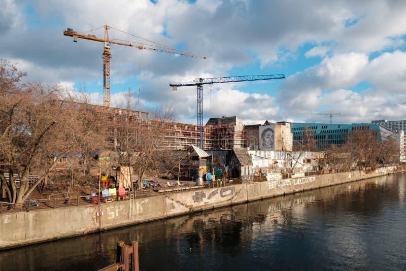 Строительная площадка на оживлении a реки K A Mediaspree около станции Ostbahnhof и бара пляжа клуба Yaam в Берлине, Friedrichsha стоковое изображение rf