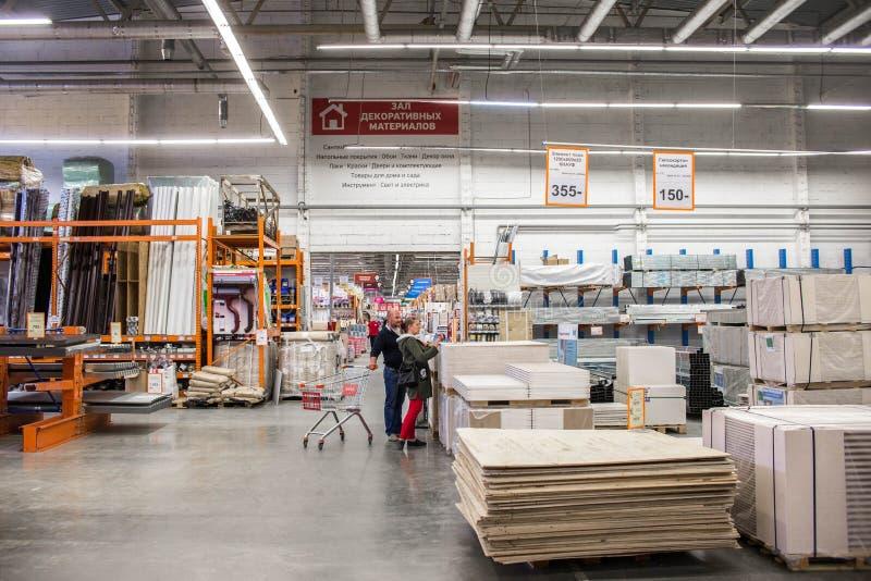 Строительные материалы в магазине оборудования Люди ищут материалы отделкой для ремонтов в доме и квартире стоковое изображение rf